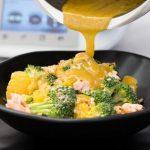 Gedämpfter Brokkolisalat mit Honig Senf Dressing und lachs