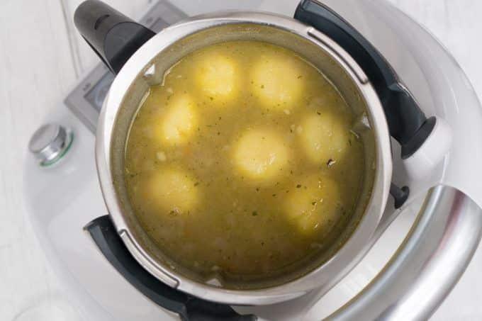 Kartoffeln für die Kartoffelsuppe und Brühe im Mixtopf des Thermomix