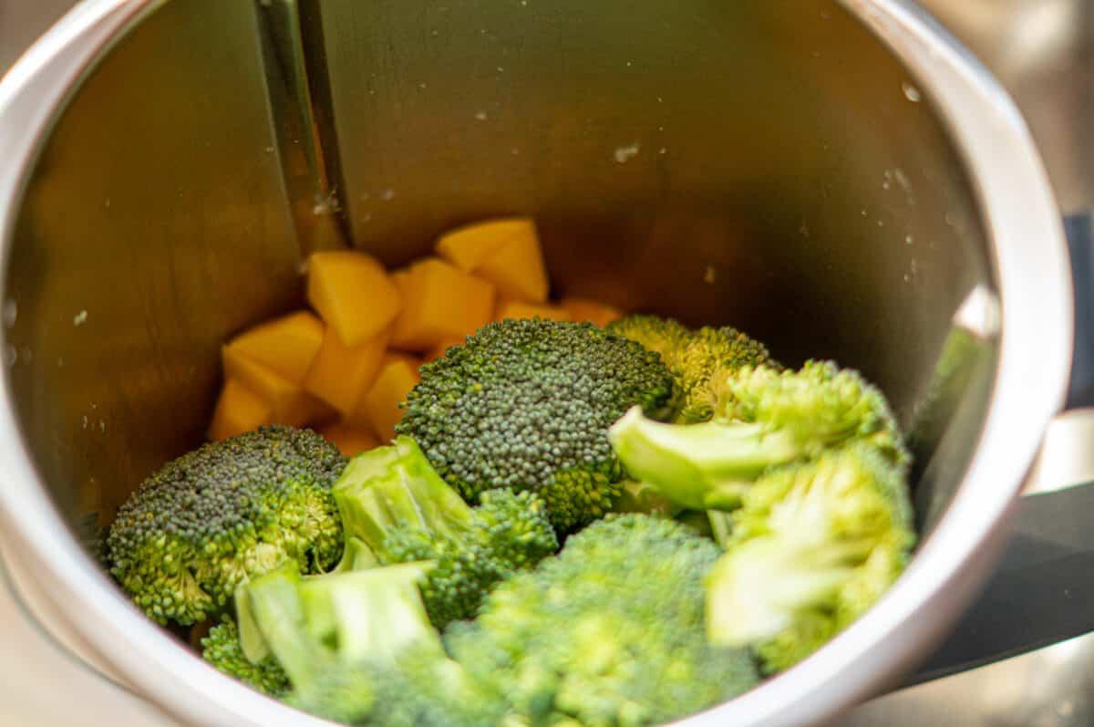 Kartoffeln und Brokkoli im Mixtopf des Thermomix®