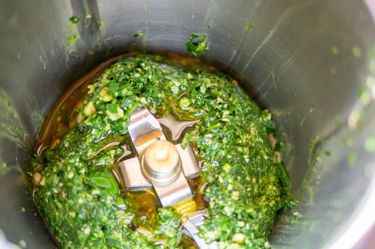Bärlauchpesto mit Öl im Mixtopf