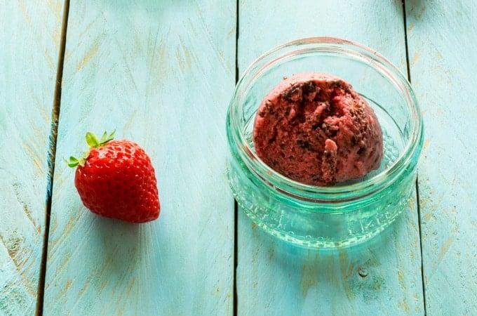 Erdbeer-Fruchteis mit Schokosplittern aus dem Thermomix®