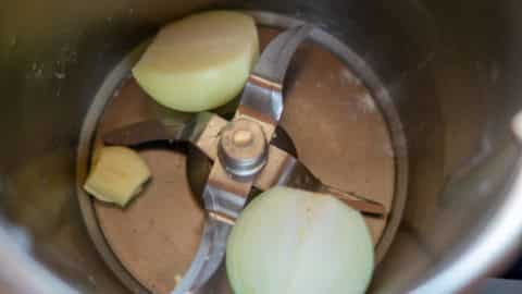 Knoblauchzehe und Zwiebeln im Mixtopf