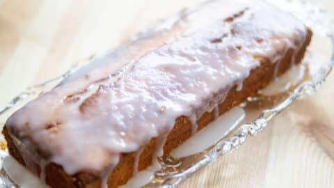 Kuchen mit Zuckerguss bestreichen