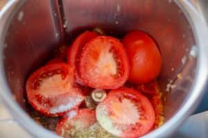 Tomaten im Mixtopf des Thermomix