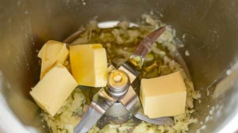 Butter im Mixtopf mit Zwiebeln