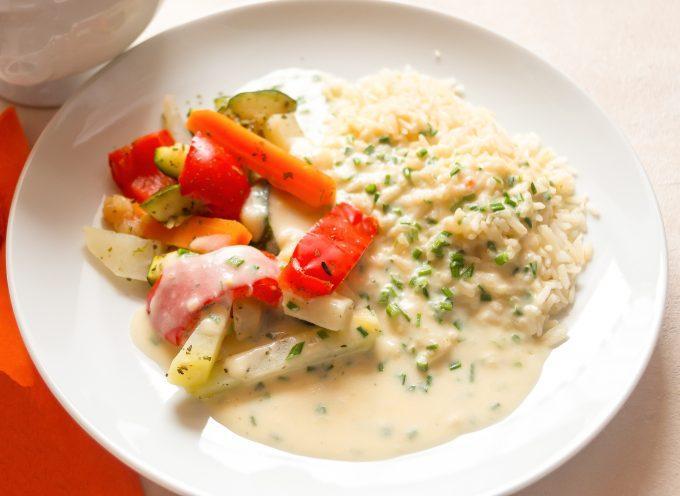 Gemüseplatte mit Reis und Kräutersoße aus dem Thermomix®