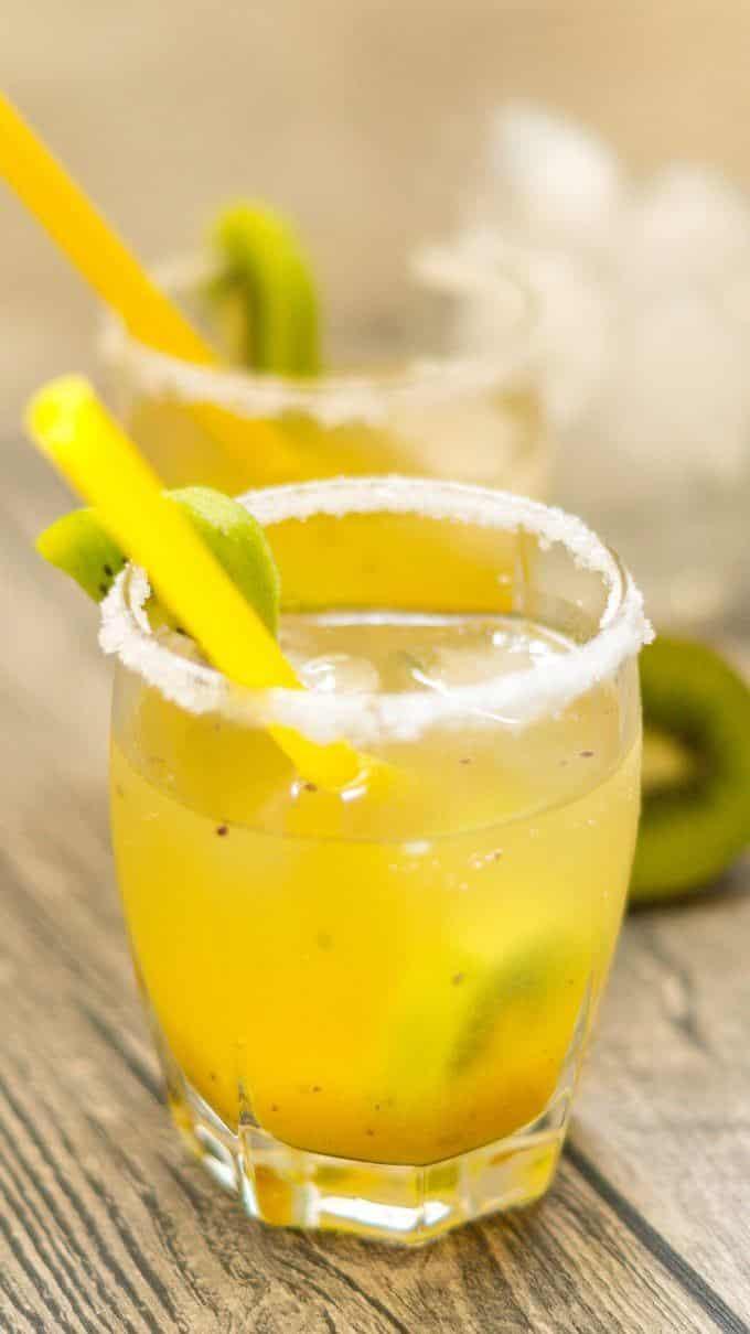 Mango Kiwi Cocktail aus dem Thermomix mit Zuckerrand und Strohhalm