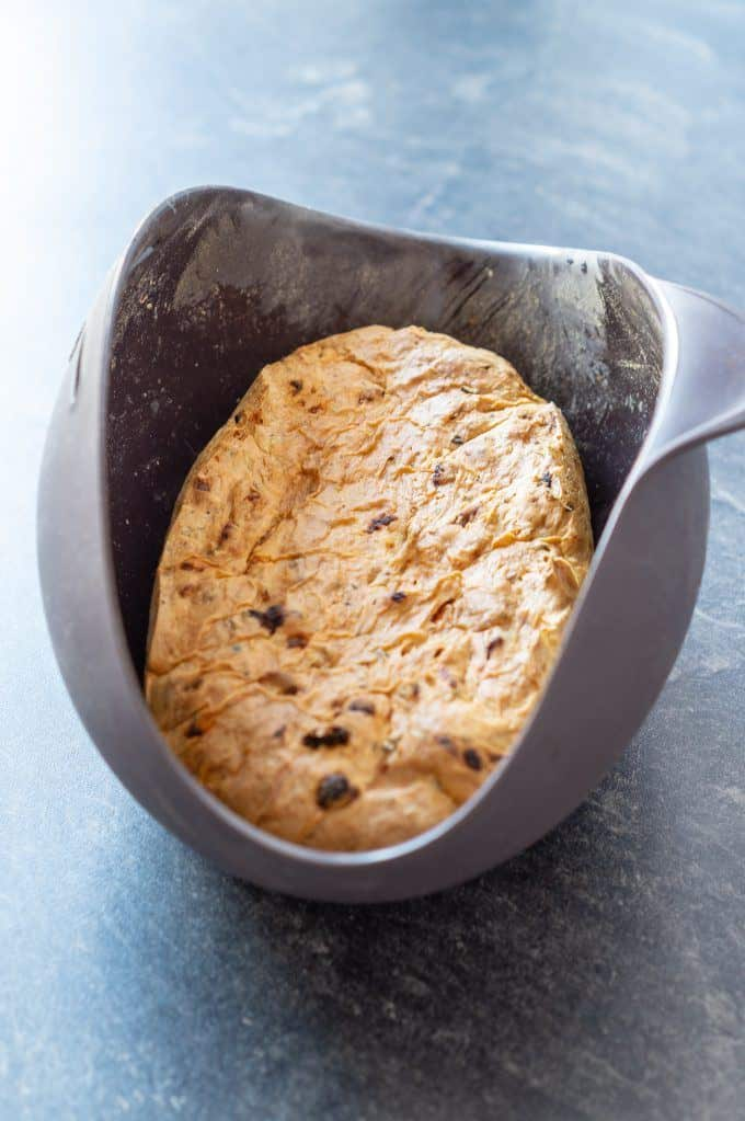Oliven-Tomatenbrot aus dem Thermomix® in der Brotbackschale