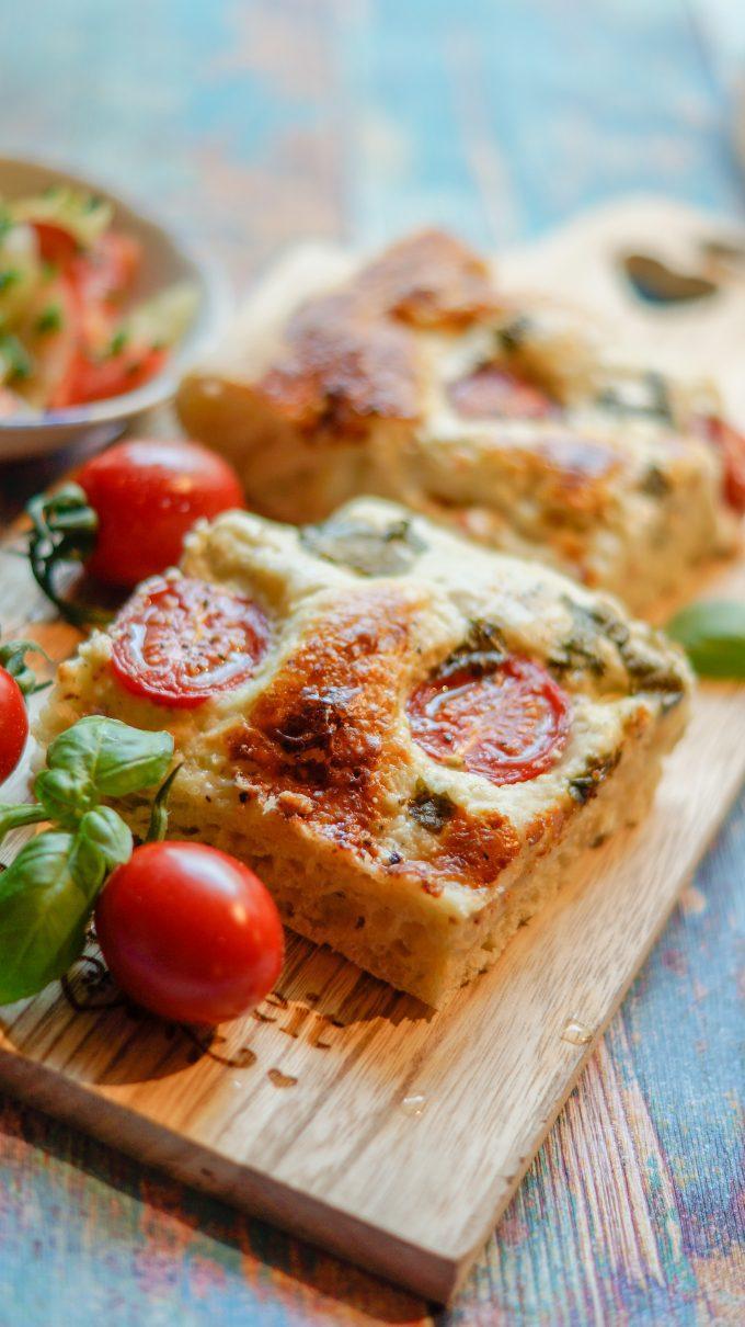 Focaccia aus dem Thermomix® servierbereit mit Tomaten und Salat