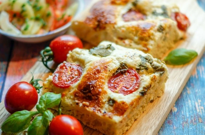 Focaccia aus dem Thermomix® serviert mit Tomaten und Basilikum