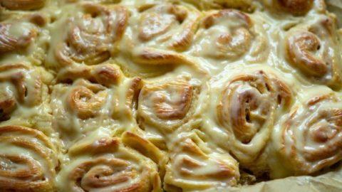Cinnamon Rolls (Zimtschnecken) aus dem Thermomix® nach dem Backen mit Zuckerguss