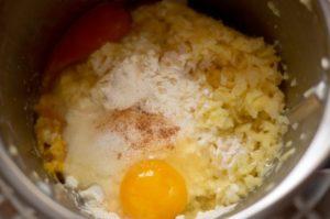 Reiberdatschi (Kartoffelpuffer) Teig mit Ei im Mixtopf des Thermomix®