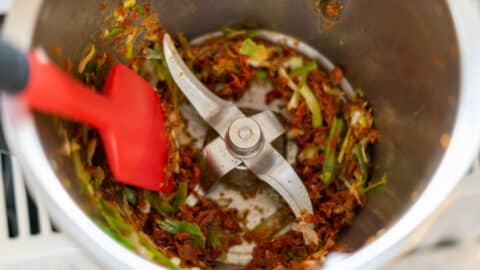 Frühlingszwiebeln und getrocknete Tomaten im Mixtopf