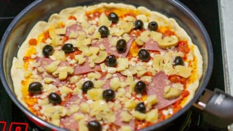 Pfannen-Pizza auf dem Herd anbraten