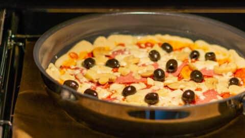 Pfannen-Pizza im Ofen fertig backen