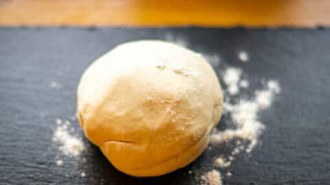 Selbstgemachter Pizzateig aus dem Thermomix® zur Kugel geformt