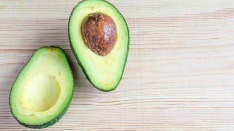 Avocado halbieren und Stein entfernen
