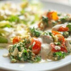 Tomaten-Rucola-Omelett mit Senfcreme