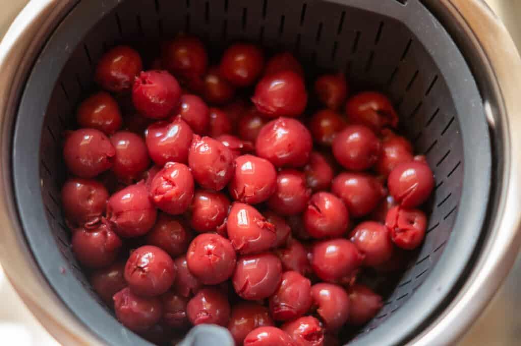Kirschen im Garkörbchen abtropfen lassen