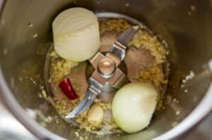Knoblauch, Chilischote und Zwiebel im Mixtopf