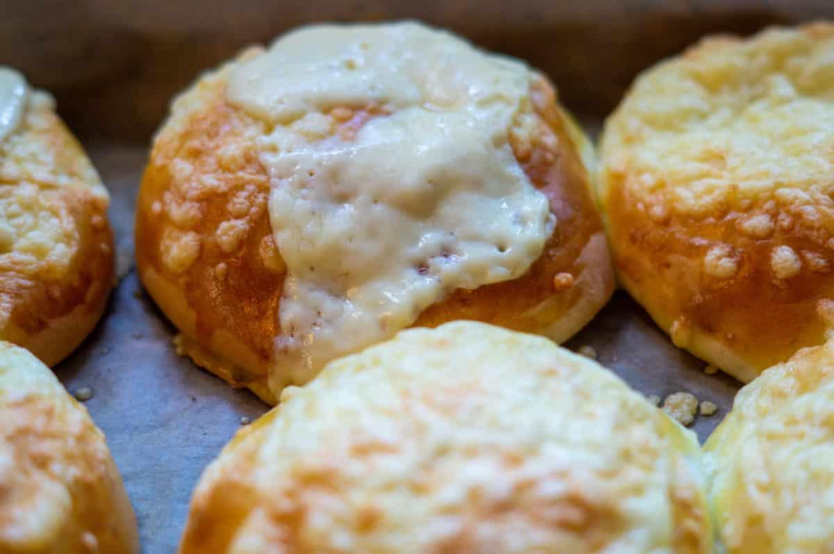 Käsebrötchen mit einer Extrascheibe Käse überbacken