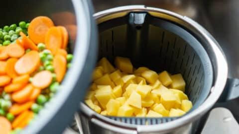 Die Karotffeln, Erbsen und Karotten werden schonend gedämpft