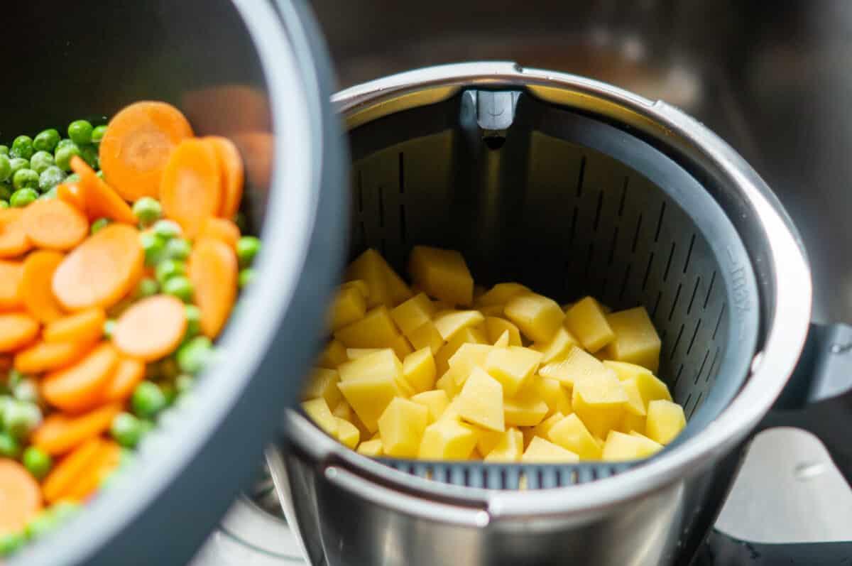 Die Kartoffeln, Erbsen und Karotten werden schonend gedämpft
