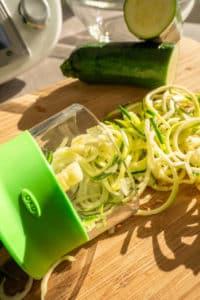 Zucchini Gemüse Nudeln im Spiralschneider zubereiten