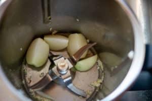 Zwiebeln und Knoblauch im Mixtopf zerkleinern