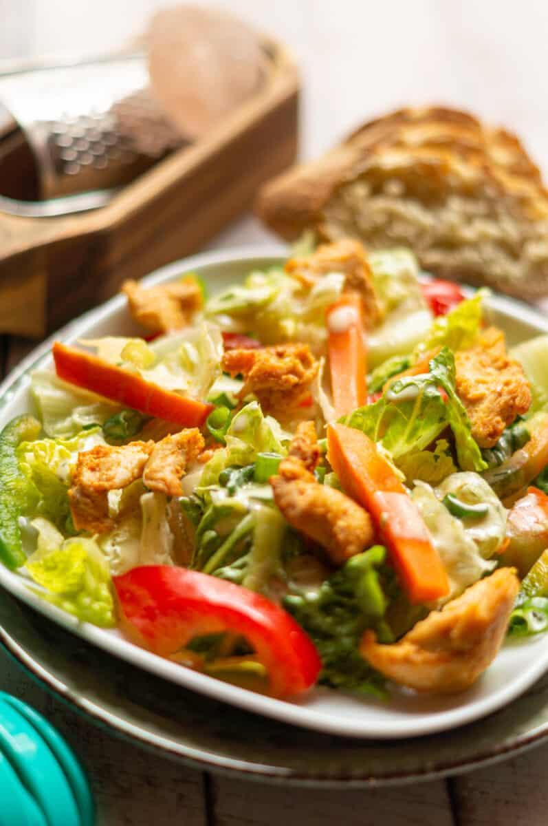 Ein Salat für die ganze Familie: Salat mit gebratenem Hähnchenbrustfilet