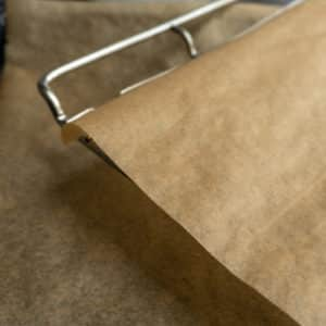 Backblech mit Backpapier belegen