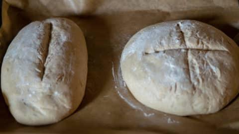Zwei Brote formen