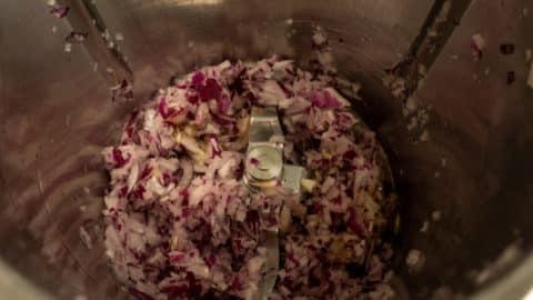 Gehackte rote Zwiebeln im Mixtopf des Thermomix®