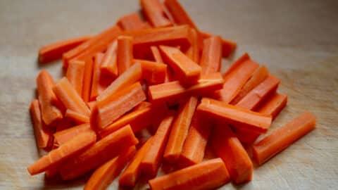 Karotten schälen und schneiden