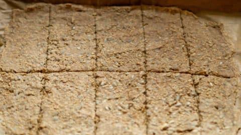 Halbgebackenes Knäckebrot in rechteckige Scheiben schneiden