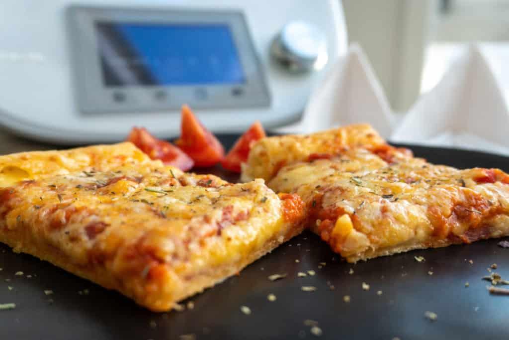 Salami-Pizza mit Käserand aus dem Thermomix®