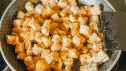 Toastbrot in Würfeln in der Pfanne anbraten