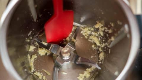 Knoblauch im Mixtopf zerkleinern Spatel