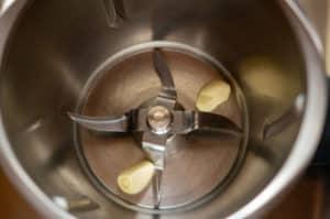 Knoblauch im Mixtopf zerkleinern