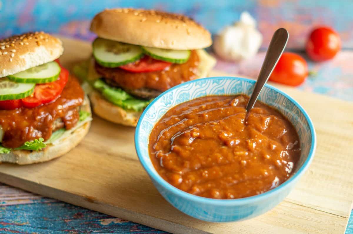Burgersauce auf den Burgern verteilen
