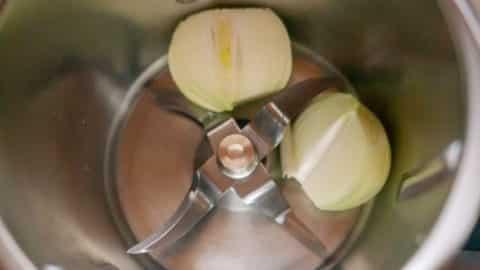 Zwiebeln im Mixtopf zerkleinern