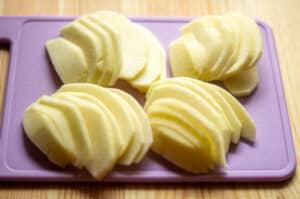 Äpfel schälen und schneiden