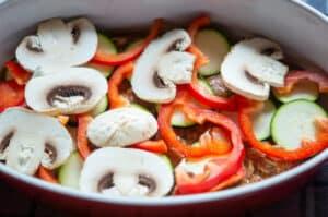 Gemüse Auflaufschicht verteilen