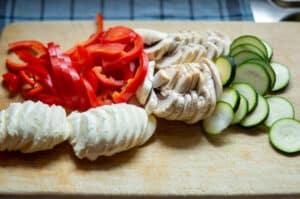 Gemüse und Käse schneiden