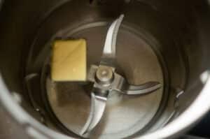 Wasser, Salz, Zucker und Butter im Mixtopf