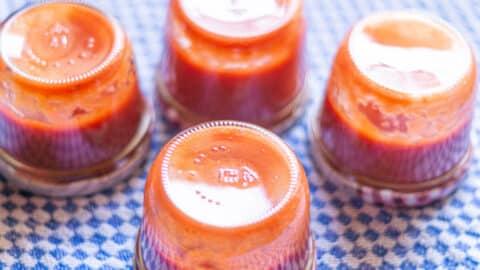 Erdbeerketchup in Gläsern auf den Kopf stellen