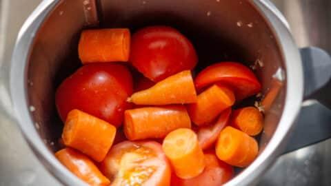 Karotten und Tomaten im Mixtopf