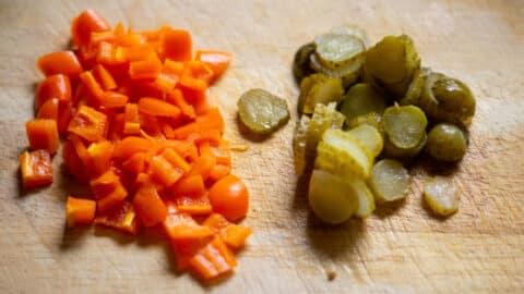 Paprika und Essiggurken schneiden