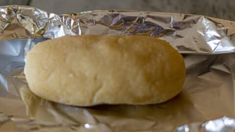 Kokos-Marzipan in Folie kühl stellen