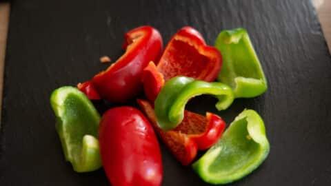 Paprika putzen und in Stücke schneiden